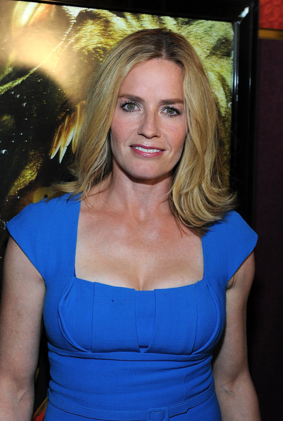 Elisabeth Shue with a weight of 54 kg and a feet size of 7 in favorite outfit & clothing style