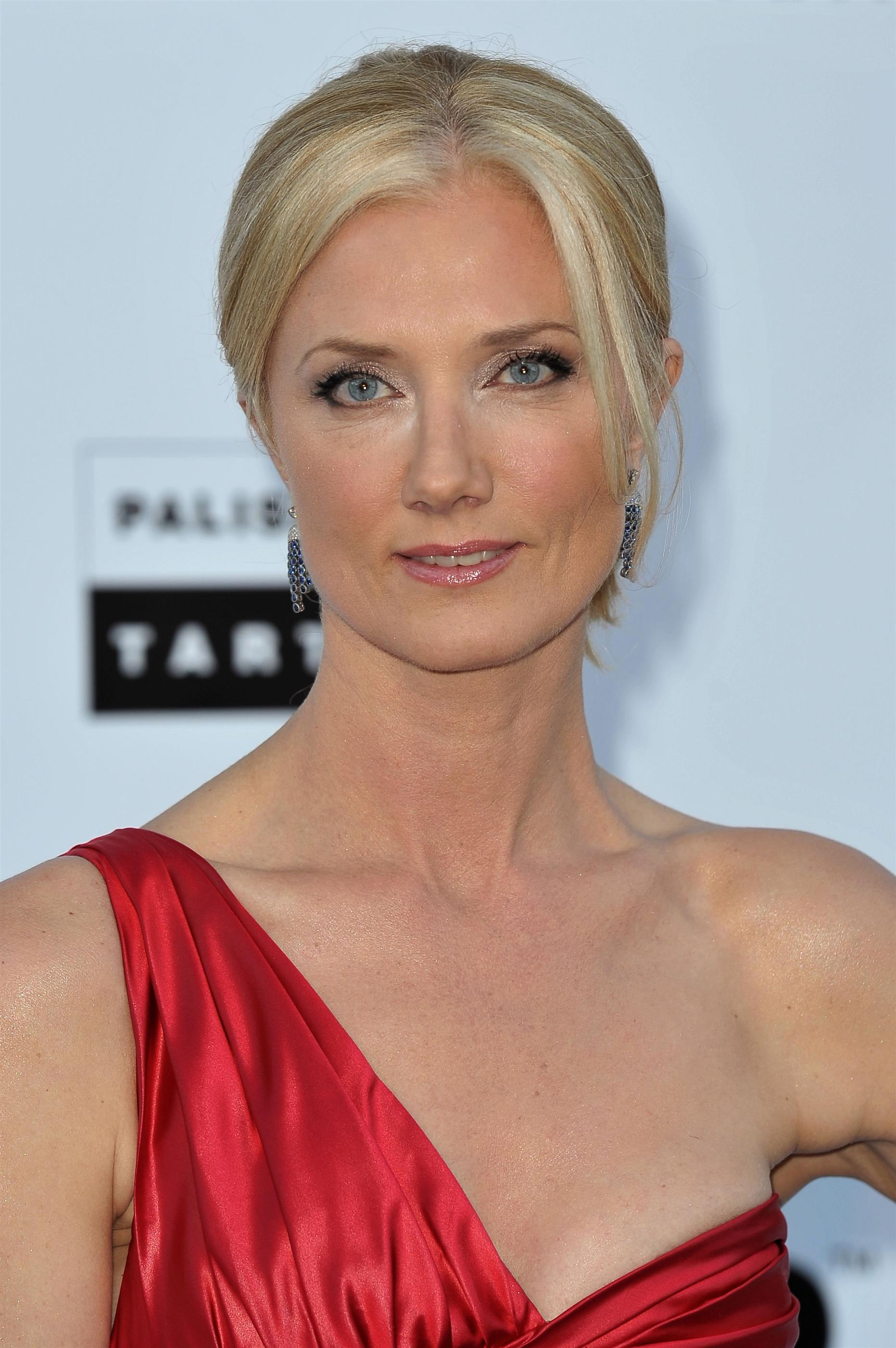 The 53-year old daughter of father Tony Richardson and mother Vanessa Redgrave, 178 cm tall Joely Richardson in 2018 photo