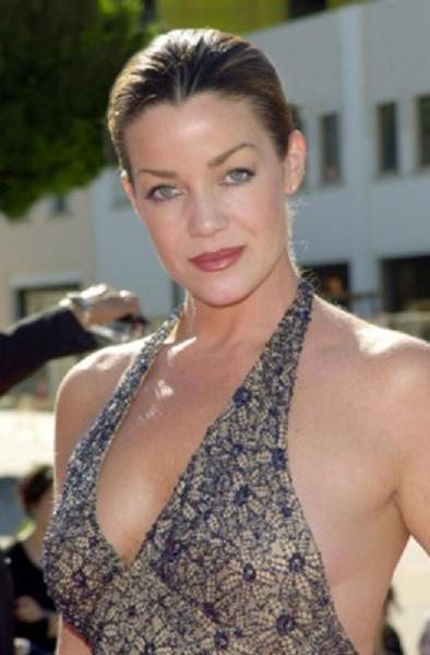 The 51-year old daughter of father James Michael Coghlan and mother Hildegard Coghlan, 175 cm tall Claudia Christian in 2017 photo