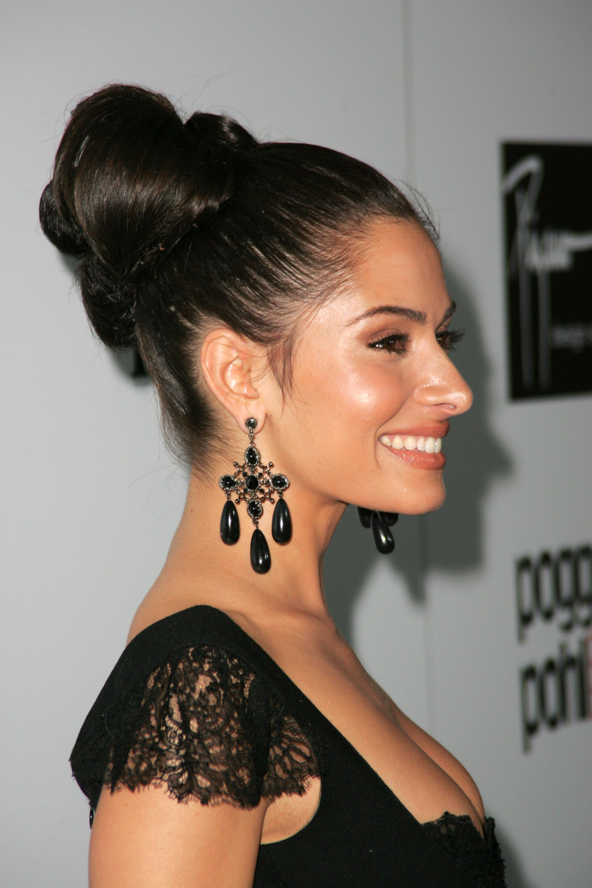 http://static.cinemagia.ro/img/db/actor/03/94/80/sarah-shahi-389861l.jpg