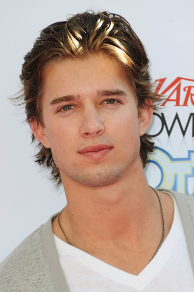 The 31-year old son of father (?) and mother(?), 183 cm tall Drew Van Acker in 2018 photo
