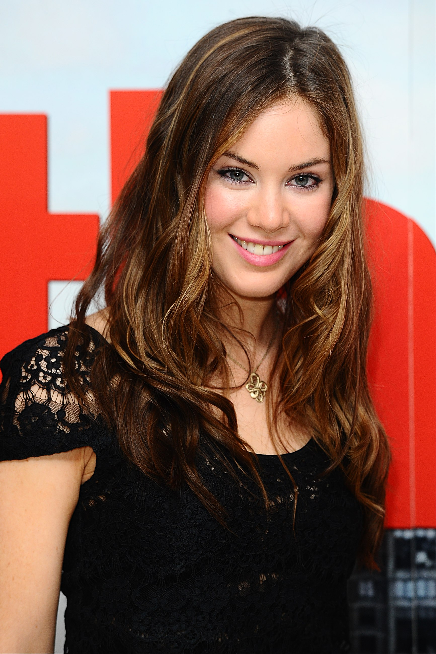 Tips: Roxanne McKee, 2017s alternative hair style of the cool conceited  actress