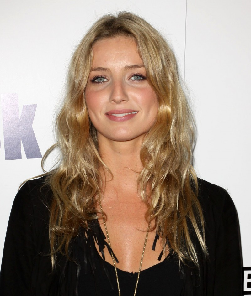 Tips: Annabelle Wallis, 2018s chic hair style of the cool beautiful  actress