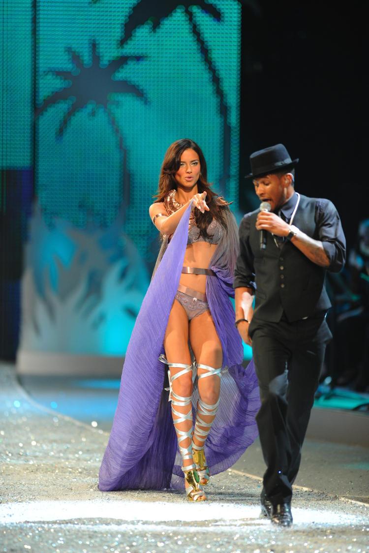 Victoria secrets fashion show usher 5