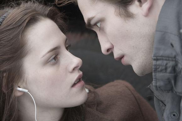 Kristen Stewart, Robert Pattinson în Twilight