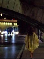 Un bărbat urmărește o femeie