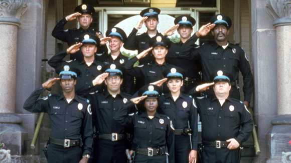 https://static.cinemagia.ro/img/db/movie/00/41/32/police-academy-6-city-under-siege-170402l.jpg