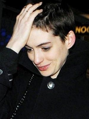 Anne Hathaway, mulţumită de look-ul băieţesc adoptat pentru Les Miserables
