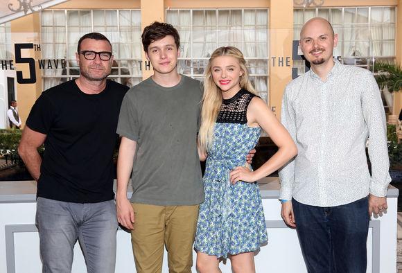Liev Schreiber, Nick Robinson, Chloë Grace Moretz, J Blakeson în The 5th Wave