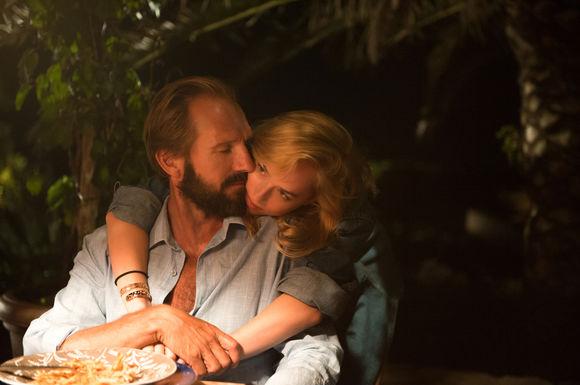 Ralph Fiennes, Dakota Johnson în A Bigger Splash